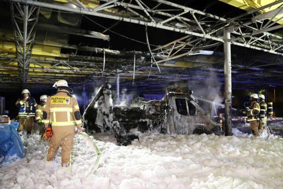 In der Nacht zu Montag ist der Reibekuchen-Truck des kürzlich verstorbenen Willi Herren (†45) vollständig ausgebrannt. Die Brandursache ist bislang unklar.