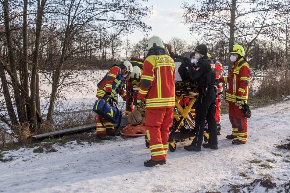 Paar rettet eingebrochene Kinder aus See: Mann erleidet Herzstillstand