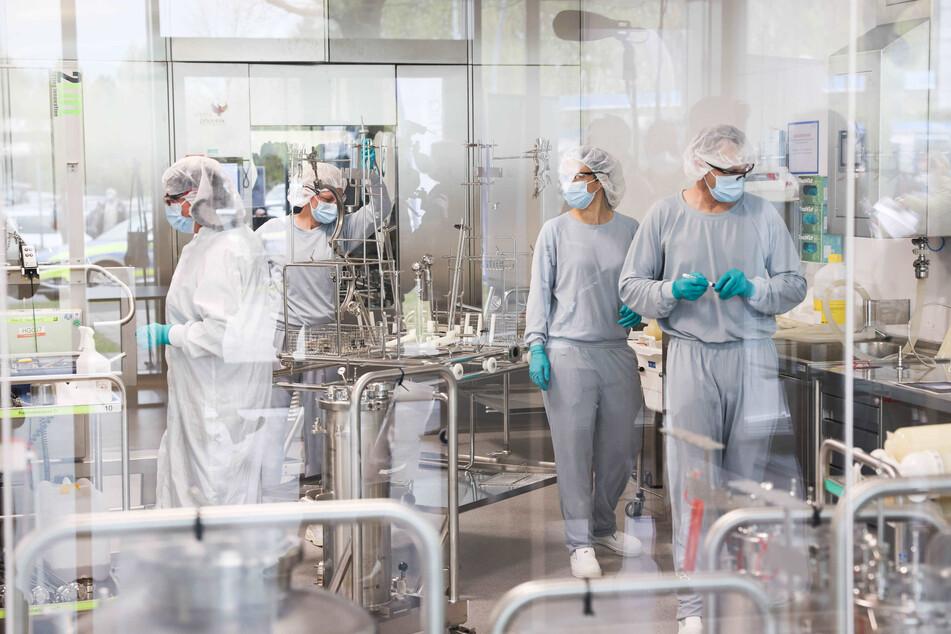 Mitarbeiterinnen und Mitarbeiter arbeiten in der Produktion des Impfstoffes Comirnaty von Biontech/Pfizer in den Produktionsstätten von Allergopharma in Reinbek.