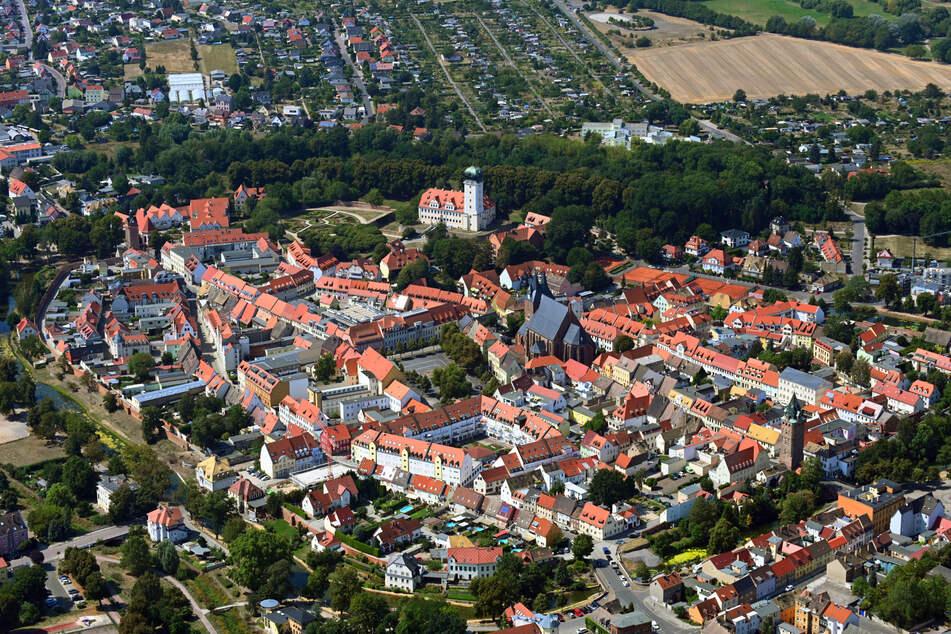 """Die Türme der """"Stadtkirche St. Peter und Paul"""" überragen die Häuser der Altstadt von Delitzsch."""