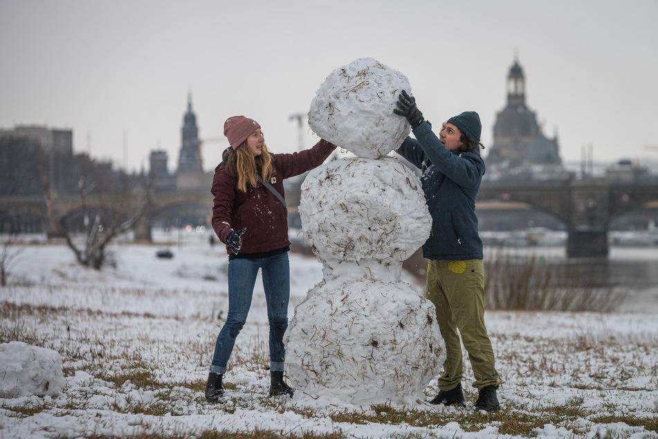 An der Elbe bauten nicht nur die Kleinen Schneemänner.