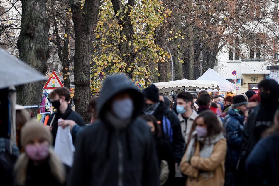 Auf einem Flohmarkt auf dem Boxhagener Platz in Berlin tragen immerhin alle Maske. In Berlin gibt es trotzdem das Problem, dass man kaum noch feststellen kann, wer von wem mit dem Coronavirus angesteckt wurde.