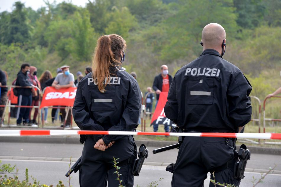 Eine Polizistin und ein Polizist in Rheinland-Pfalz.