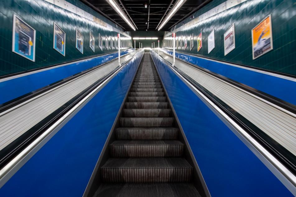 Ein Mann stürzte an einer Rolltreppe in München und verletzte sich dabei am Kopf. (Symbolbild)