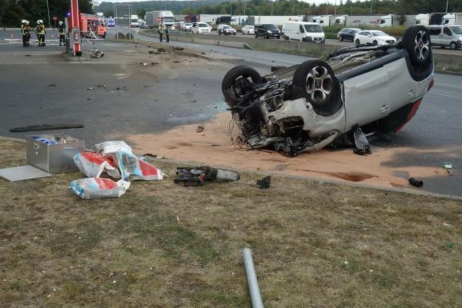 Der Citroen kam auf dem Dach zum Liegen, die drei Insassen wurden bei dem Crash verletzt.