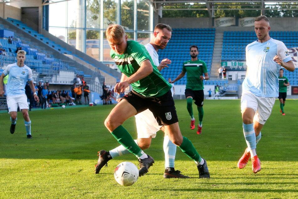 Tobias Müller (28, hinten), im Zweikampf mit dem Fürstenwalder Kilian Pascal Zaruba, freute sich über den Sieg, monierte aber, dass es seinem CFC nicht gelang, einen zweiten Treffer nachzulegen.