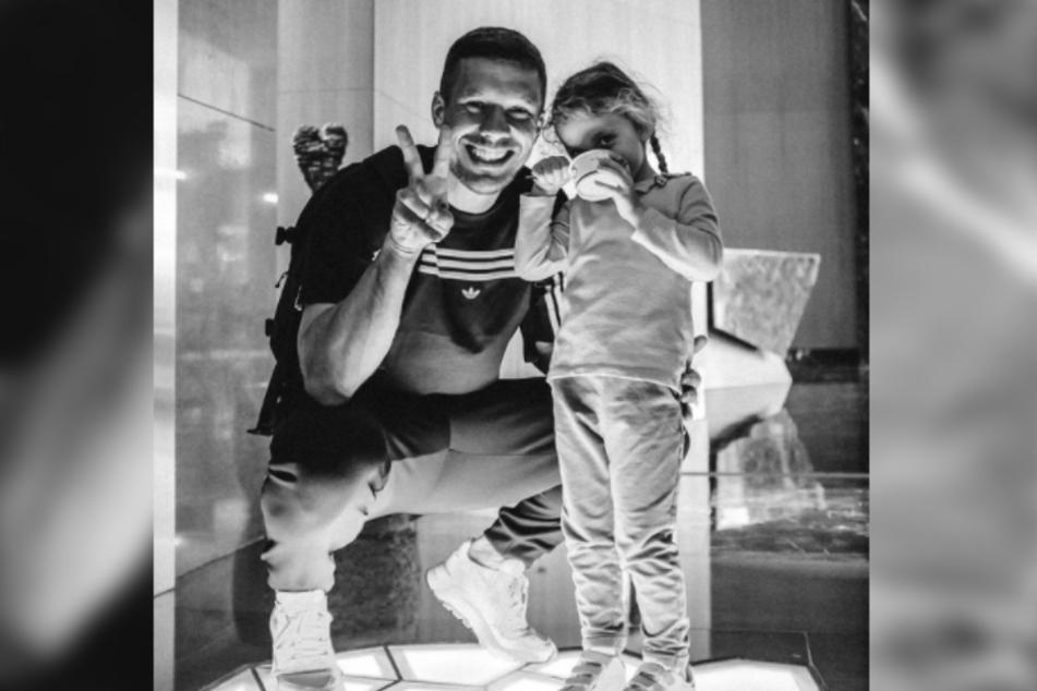 Lukas Podolski (35) zeigte bei Instagram ein Bild von sich und Tochter Maya (4). Zum ersten Mal verdeckte jedoch kein Smiley das süße Gesicht der Vierjährigen.