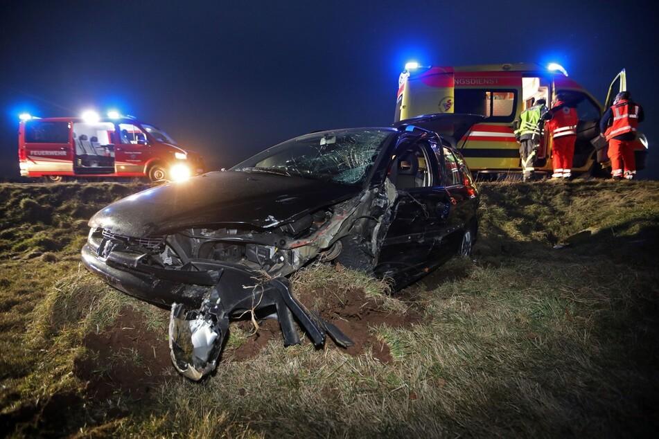 Schwerer Unfall zwischen einem Peugeot (Foto) und einem VW am Mittwochabend auf der B180 in Oberlungwitz. Schuld hatte offenbar die VW-Fahrerin, sie war völlig betrunken.