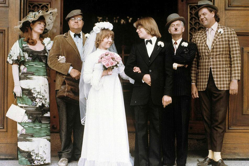 Die Spur führt nach Sachsen: Bevor die kleine Fie ihren Børge in der Mitte von Yvonne und Kjeld sowie Egon und Benny heiratet, geht Colditzer Porzellan zu Bruch.