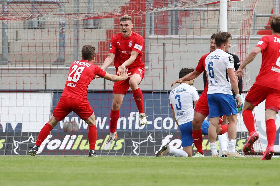 Elias Huth hat soeben das 2:2 für den FSV Zwickau erzielt und wird gefeiert. Die Hanseaten dagegen waren bedient.