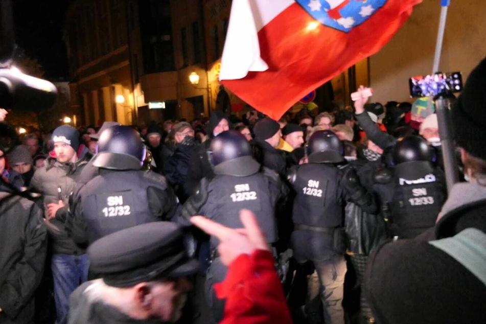 Die Demonstranten versuchen, die Polizeikette zu durchbrechen.