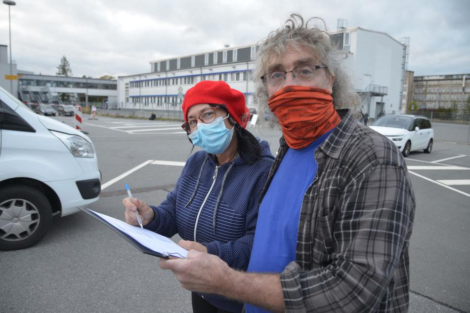 Christoph Lutz (56) und Annett Horvath-Lutz (51) kommen aus dem Frankreich-Urlaub zurück. Sie füllen einen Erfassungsbogen aus.