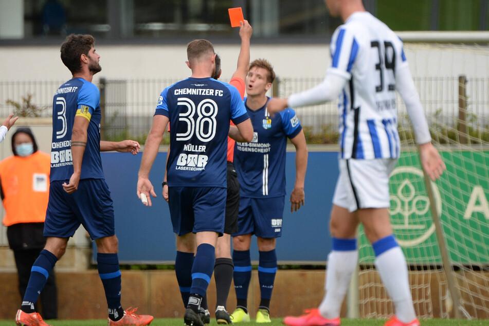 Rot für Lukas Aigner! Danach stellte der CFC bei Hertha II. auf Fünfer-Abwehrkette um - die kassierte das entscheidende Gegentor.