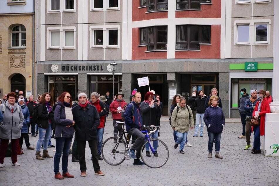 Etwa 200 Menschen hatten sich am Samstag bei einer Demo zur Einhaltung der Grundrechte vor der Nikolaikirche in Leipzig versammelt.