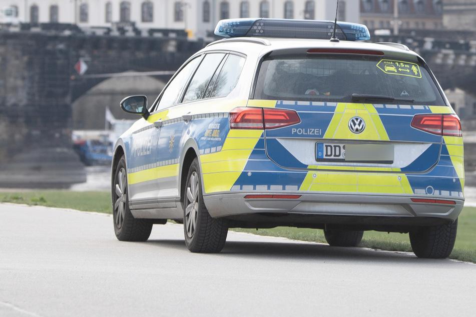 Die Polizei ermittelt derzeit gegen einen 37-Jährigen, der den Hitlergruß gezeigt, Autos beschädigt und Passanten bedrängt hat. (Symbolbild)