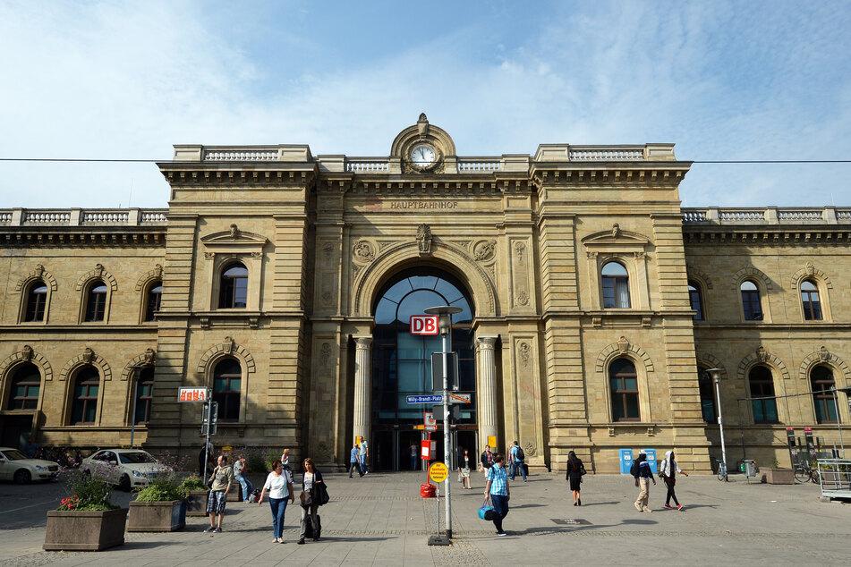 Zwei Männer sollen in der Vorhalle des Magdeburger Hauptbahnhofs eine junge Frau sexuell belästigt und zudem rechtsradikale Äußerungen gemacht haben. (Archivbild)