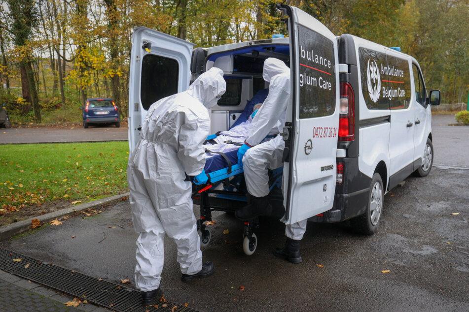 Mitarbeiter transportieren einen Patienten, der von einem Krankenhaus in ein Genesungszentrum im belgischen Spa gebracht wird. Die wallonische Regierung hat beschlossen, mehr Plätze für Corona-Patienten zu schaffen, die das Krankenhaus verlassen können, aber immer noch Pflege benötigen, um den Druck auf die Krankenhäuser zu verringern.