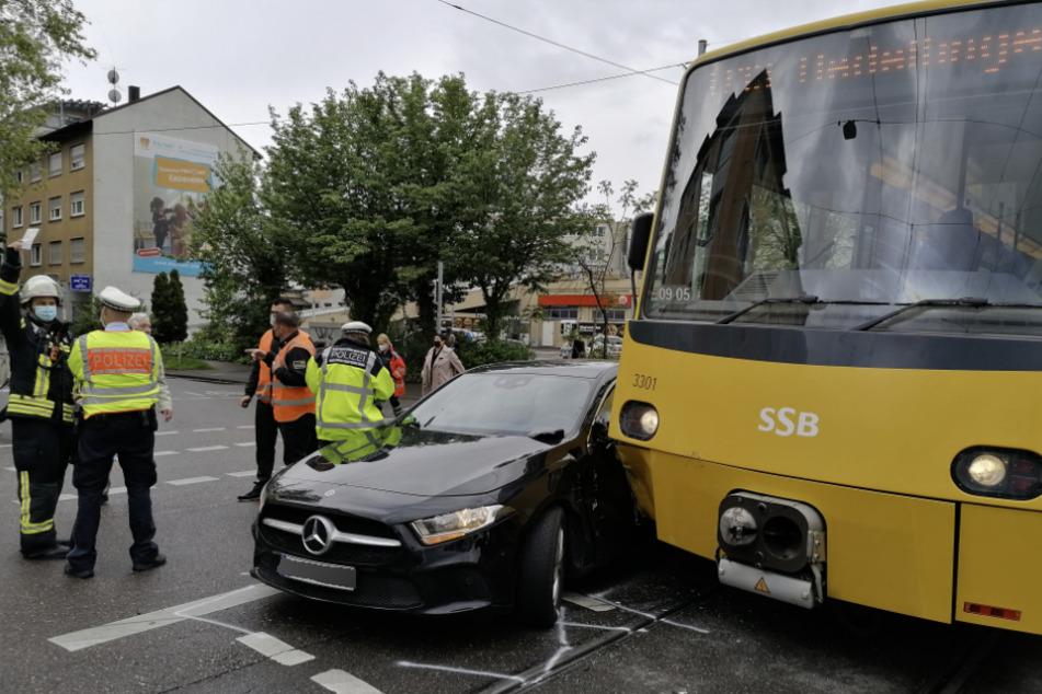 Bad Cannstatt: Mercedesfahrer kracht mit Stadtbahn zusammen