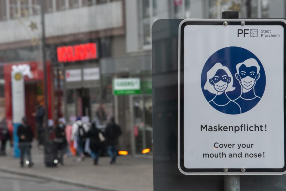in Schild weißt in der Pforzheimer Innenstadt auf die Maskenpflicht hin.