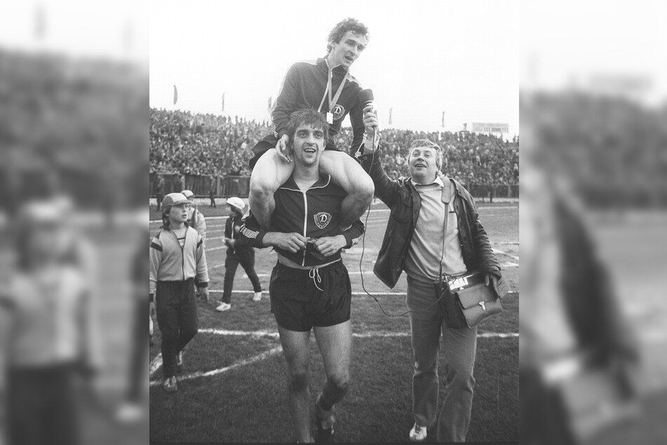 Nach dem FDGB-Pokalfinale 1982: Während Hans Uwe Pilz auf den Schultern von Ralf Minge sitzt, wird er von Gert Zimmermann interviewt.