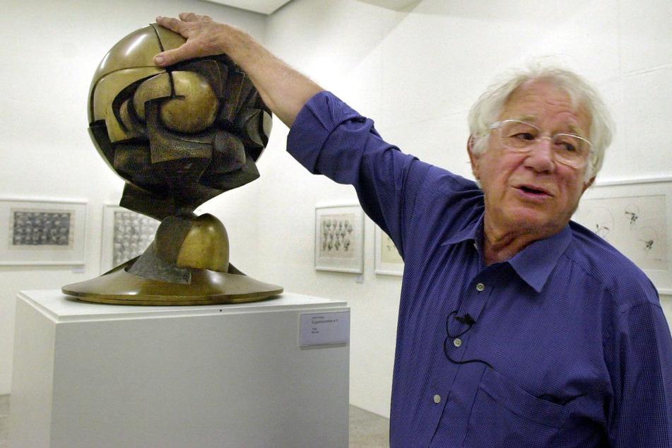 Fritz Koenig bei einer Ausstellung im Jahr 2002 in Landshut.