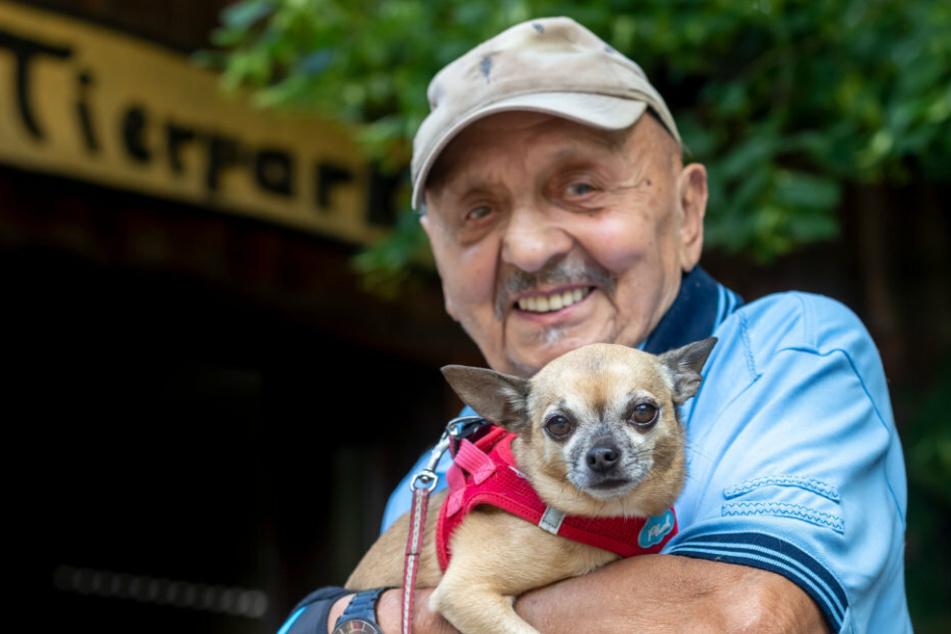 Hunde-Erlaubnis für den Tierpark: Bernhard Suffner (88) ist schon gespannt auf einen Besuch mit Chihuahua Dorien (8).