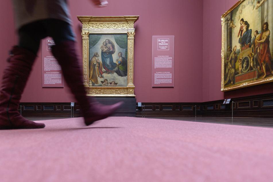 Ein Besucher ist in der Gemäldegalerie Alte Meister unterwegs. Die Besucherzahlen in den Museen halten sich bisher noch im Rahmen. Es fehlt an Touristen.