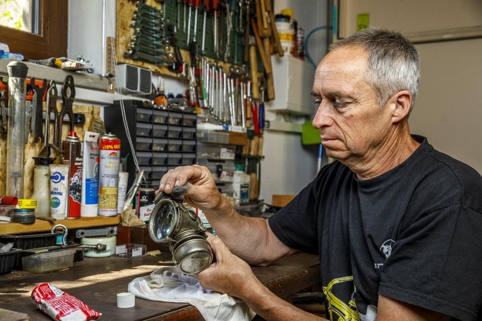 Der Velo-Spezialist restauriert historische Räder mitsamt Zubehör wie diese alte Radlampe.