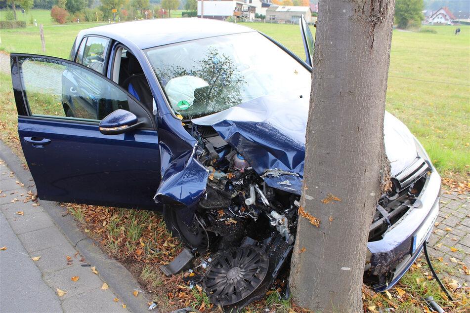 Nach dem Unfall musste der völlig demolierte VW Golf abgeschleppt werden.