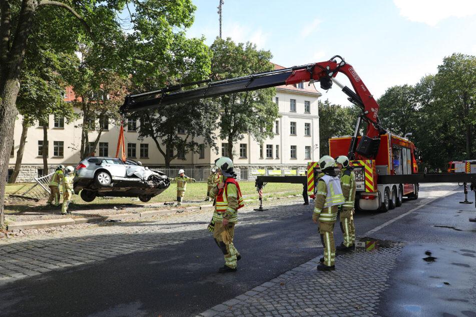 Der BMW kam auf einem Zaun zum Stehen, zwei Insassen trugen Verletzungen davon.