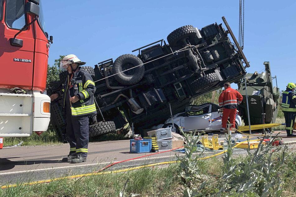 Das Auto der beiden Frauen wurde unter dem Lastwagen der Bundeswehr begraben.