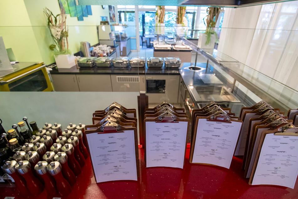 Speisekarten stehen auf einer Ablage im Restaurant eines Hotels, das den Betrieb wegen des Coronavirus auf ein Minimum reduziert hat.