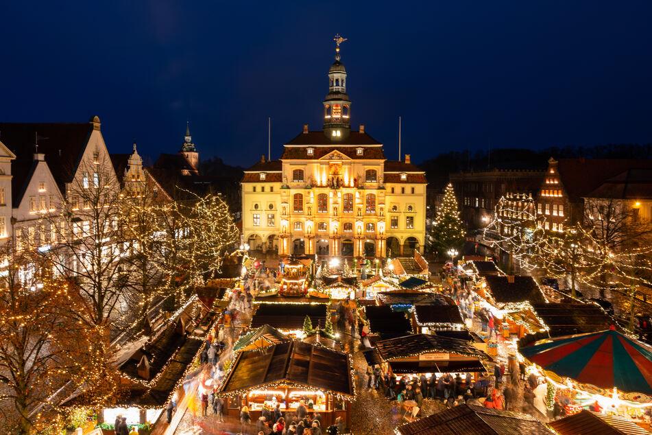 Besucher gehen über den Weihnachtsmarkt vor dem Rathaus der Stadt Lüneburg.