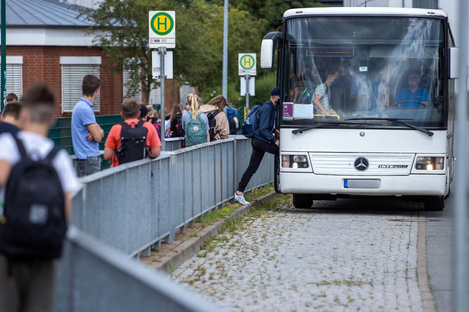Das Land NRW unterstützt die Anschaffung neuer Schulbusse zum Infektionsschutz der Schüler in Corona-Zeiten. (Symbolbild)