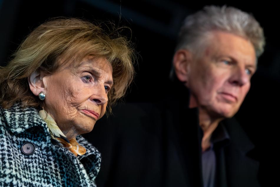 """Dieter Reiter (SPD), Oberbürgermeister von München, und Charlotte Knobloch, Präsidentin der Israelitischen Kultusgemeinde München, nehmen unter dem Motto """"Just don't do it"""" an der Kundgebung teil."""