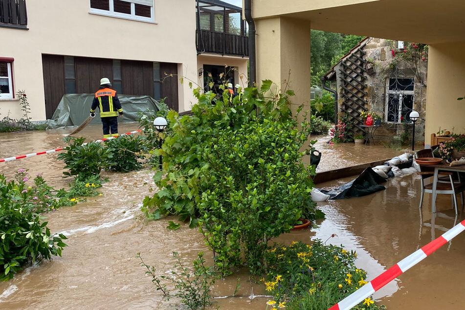 Überflutete Straßen, überschwemmte Wohnbereiche. Die Einsatzkräfte versuchen, den Wassermassen Herr zu werden.