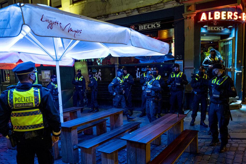 Weil in Hamburg zurzeit eine Sperrstunde ab 23 Uhr herrscht, kontrolliert die Polizei auf der Reeperbahn besonders streng.