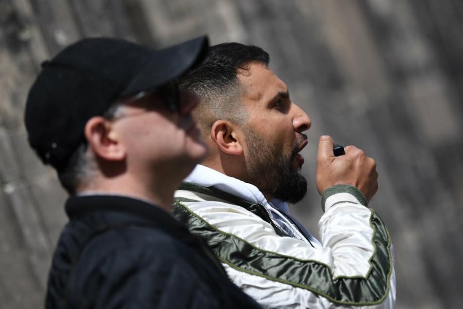 Attila Hildmann (39, r.), Kochbuchautor, spricht bei einer Demonstrationen gegen die Corona-Einschränkungen vor dem Altem Museum.
