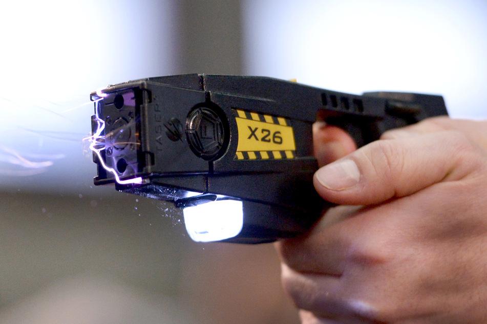 In Erfurt wurde ein Mann unter anderem mit einem Elektroschocker angegriffen. (Symbolbild)