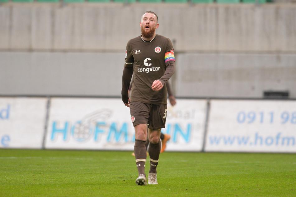 Ein enttäuschter Marvin Knoll vom FC St. Pauli verlässt nach der Niederlage gegen die SpVgg Greuther Fürth den Rasen.