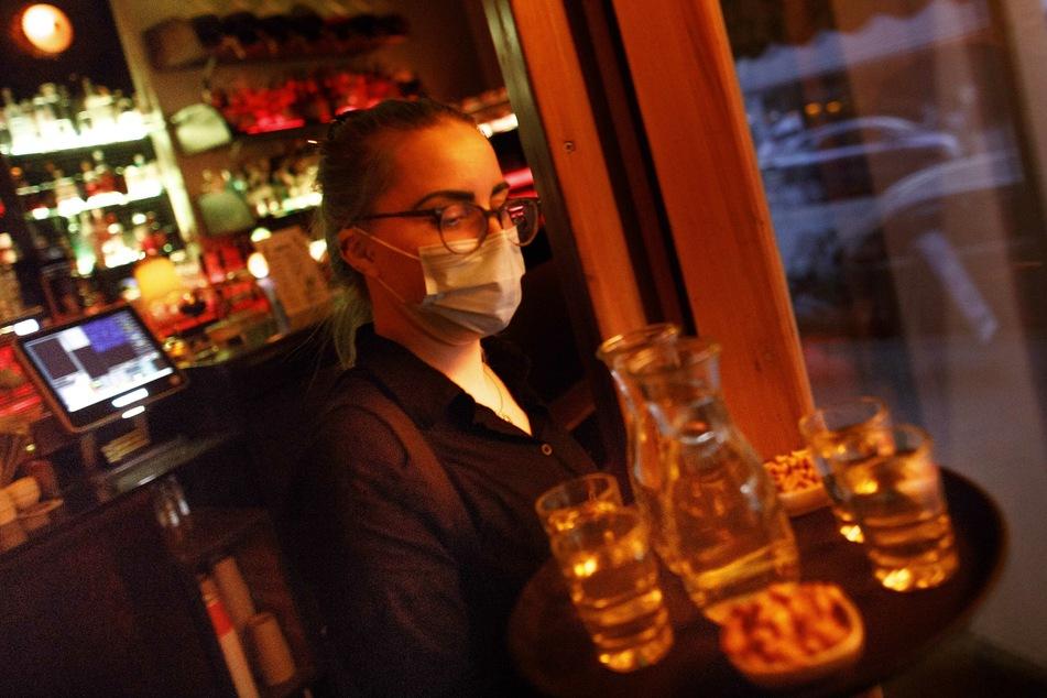 Nach der Corona-bedingten Schliessung dürfen Kneipen und Bars auch in MV wieder bis 23 Uhr öffnen.
