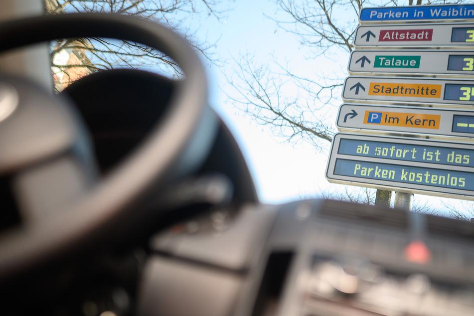 """Waiblingen: Der Text """"ab sofort ist das Parken kostenlos"""" steht auf einer Anzeige in der Innenstadt. Wegen der Corona-Krise verzichten einige kleine Städte im Land aus Sicherheitsgründen auf die Parkgebühren."""