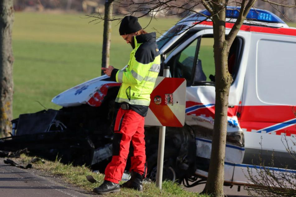 Ein Sanitäter am Unfallort.
