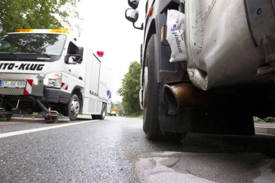 Laster-Tank aufgerissen: Hunderte Liter Diesel laufen aus