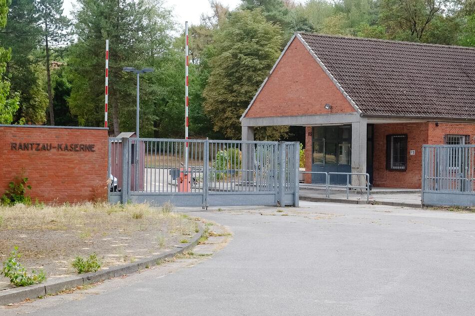 Gittertore sind am Eingang der Landesunterkunft für Flüchtlinge in Boostedt zu sehen.