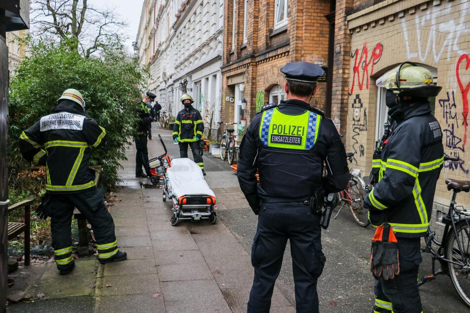 Rettungskräfte stehen vor einer Trage.