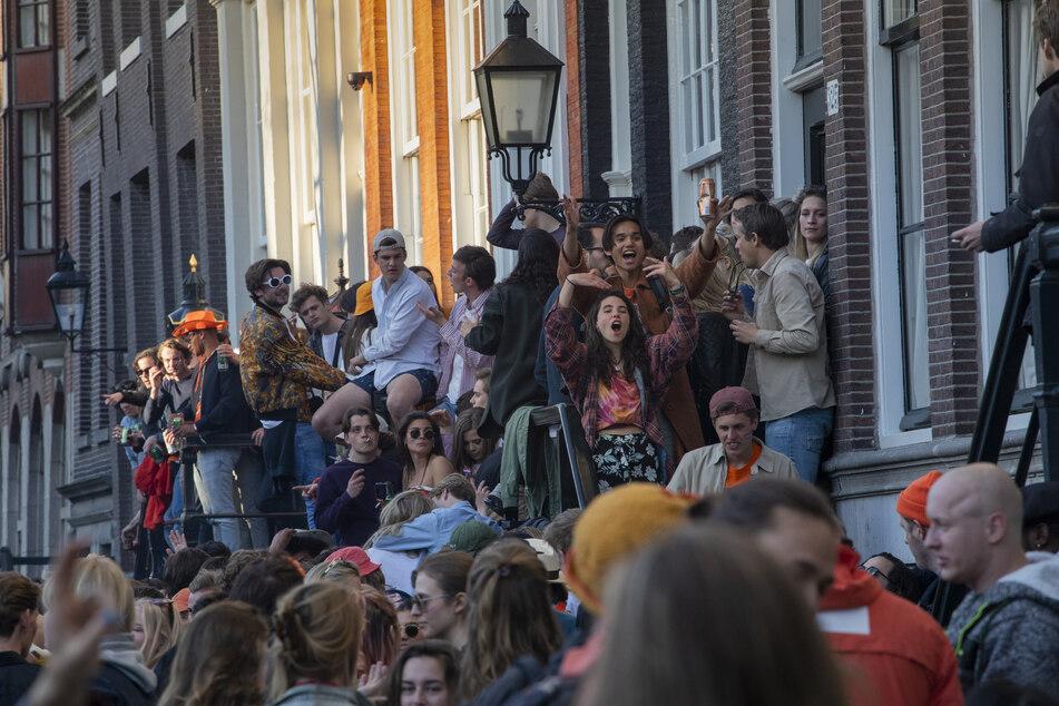 """Obwohl die Behörden dazu aufforderten, sich an die sozialen Distanzierungsvorschriften zu halten, gehen viele Menschen wieder auf """"Tuchfühlung""""."""