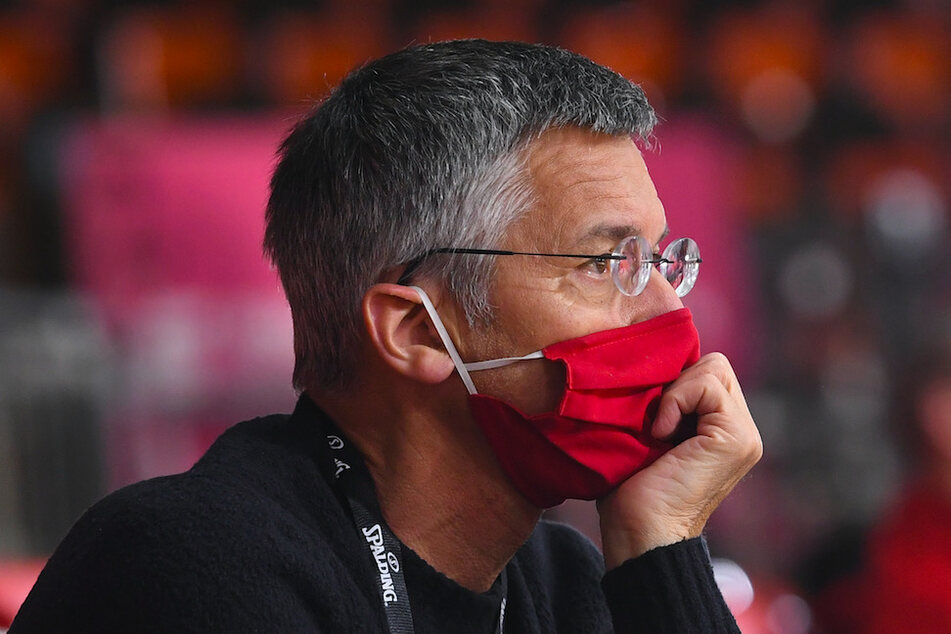 Herbert Hainer (66), Vereinspräsident vom FC Bayern, sieht Fußballvereine in der Verantwortung ihrer Spieler aus persönlich zu unterstützen.