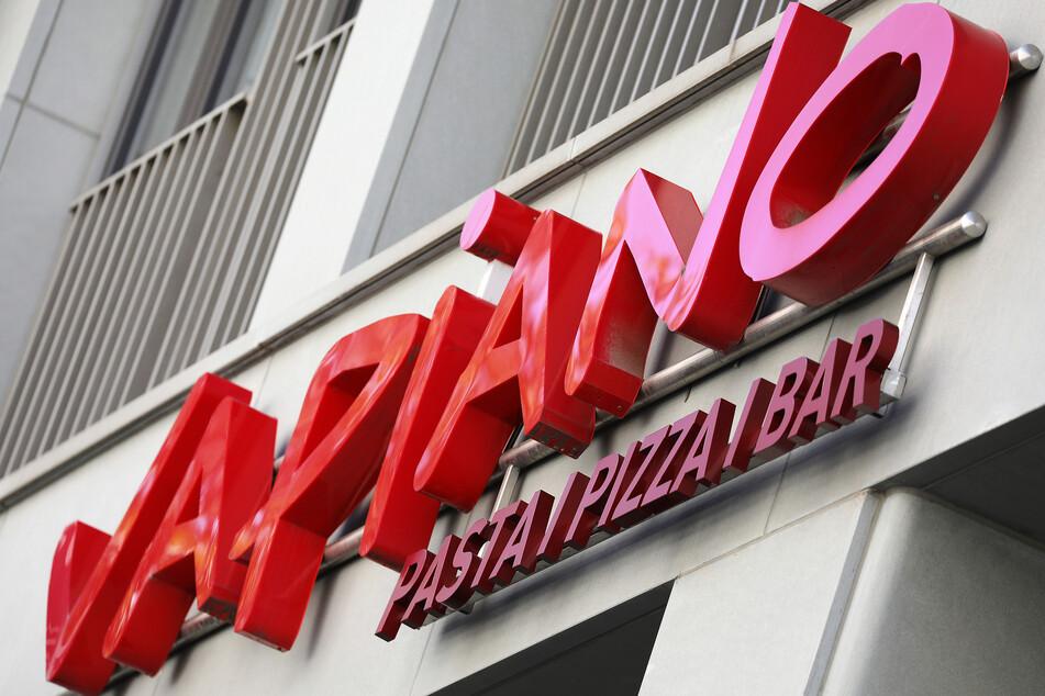 Der Schriftzug der Restaurantkette Vapiano hängt über einer Filiale.