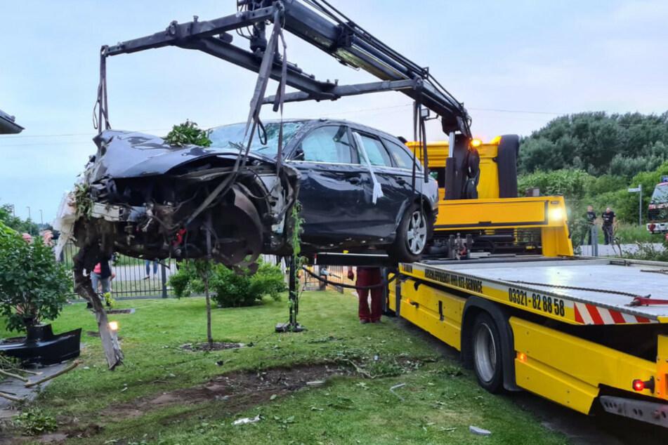 Ein Abschleppdienst beseitigt den Wagen von der Unfallstelle.